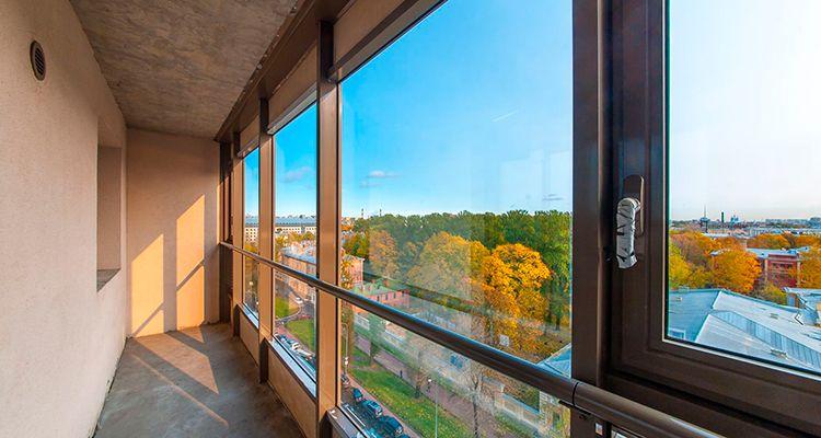 Отделка на балконе в новостройке: стеклообои